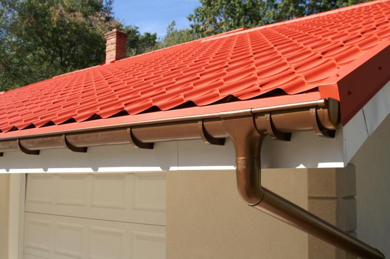 Comment réussir le démoussage d'une toiture de maison